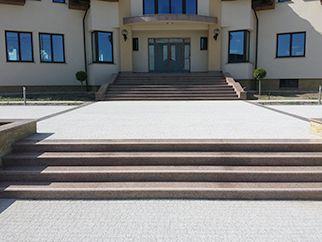 zewnętrzne schody z kamienia